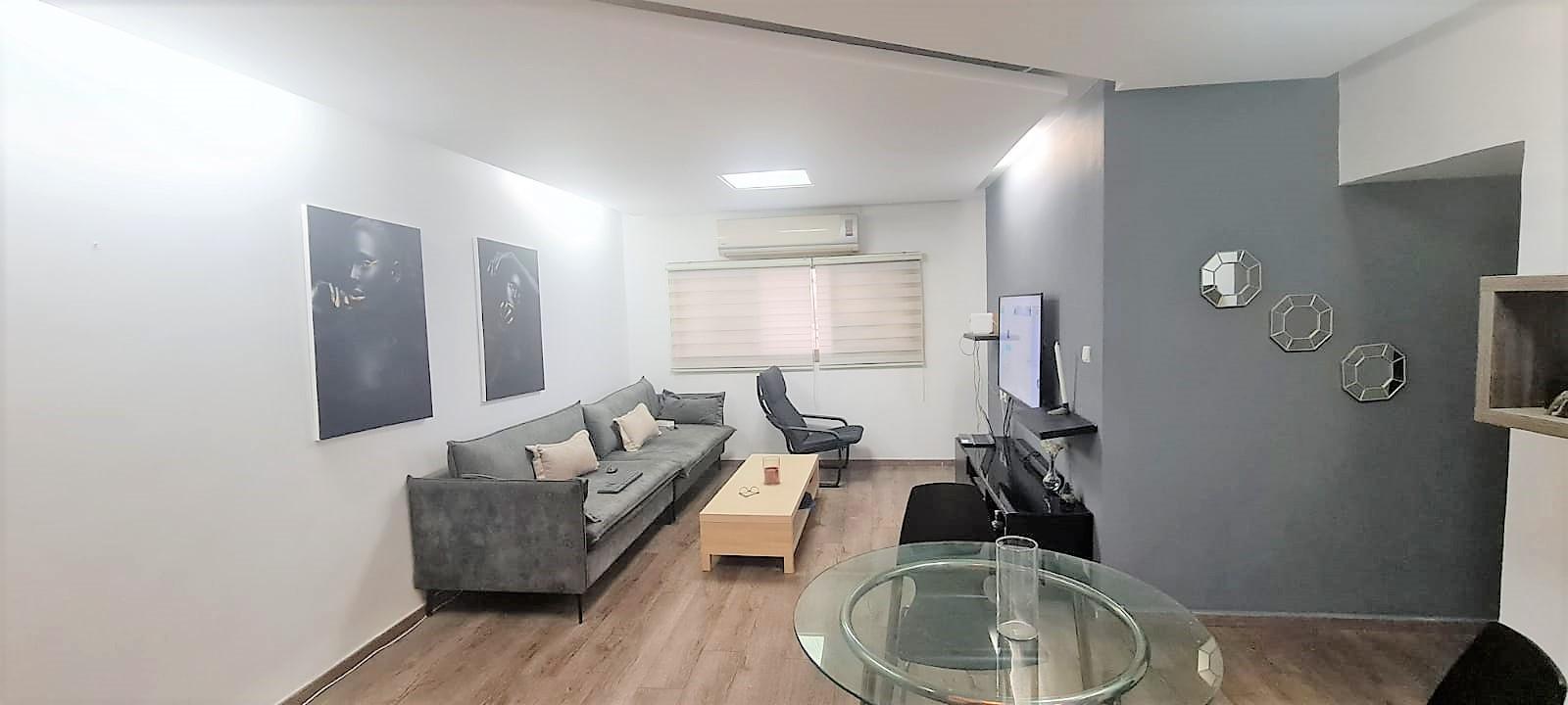 למכירה דירת חדרים משופצת במיקום מצויין למשפחות בבניין עם מעלית!